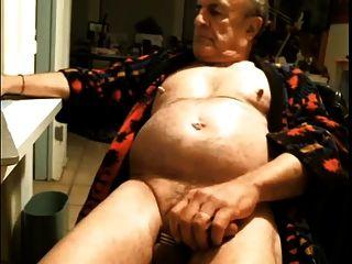 뜨거운 젖꼭지와 배가있는 하드 젖꼭지 할아버지