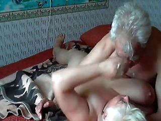 그것을하고있는 노인 커플