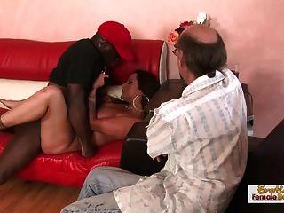 갈색 머리의 아가씨는 흑인을 빌어 먹고 남편을 엿 먹인다.