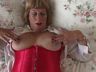 호색한 영국인 통통한 할머니는 매우 더러워지고있다.