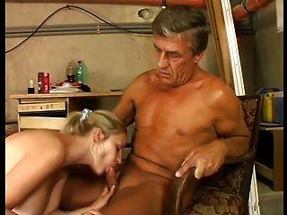 귀여운 거대한 가슴 금발은 노인에 의해 stokehold에 좆