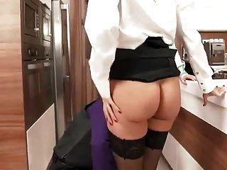 성숙한 남자는 두 흥분한 매춘부를 성교