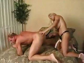 여자가 거대한 strapon와 남자를 엿먹 인다.