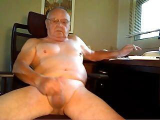 할아버지가 짐을 쏜다.