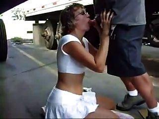성숙한 여인은 주차장에서 트럭 사이에 거시기를 빤다.