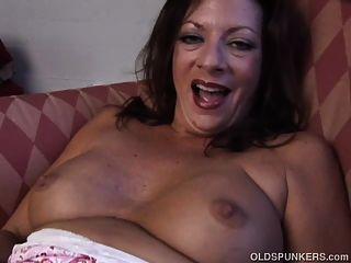 슈퍼 섹시한 오래된 spunker는 당신을 위해 그녀의 몸을 담근 젖은 음부를 섹스