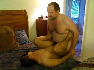 아빠는 그의 엉덩이를 망한다.