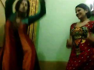 파키스탄의 뜨거운 아줌마는 춤을 즐긴다.