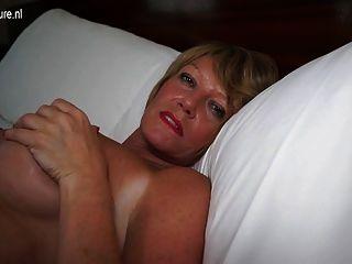 그녀의 젖은 음부와 놀고 뜨거운 아마추어 영국 할머니