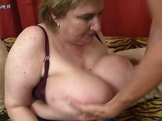 그녀의 장난감 소년에 의해 범 해지는 거대한 브레스트 bbw 엄마