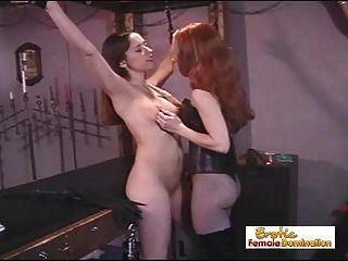 노예 소녀는 여주인처럼 행동해서 처벌 받는다.
