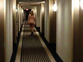 모텔 복도에서 벌거 벗은 채 걷는 발 뒤꿈치에 섹시한 아가씨