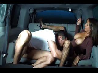 자동차에 뜨거운 가슴 아내 주무르기