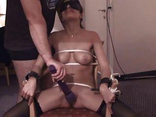 의자에 묶여있다.