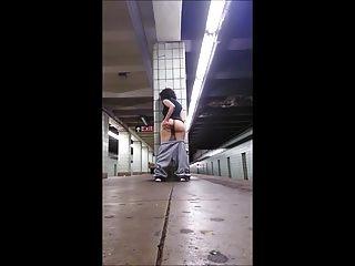 소녀 열차 플랫폼에서 운지법