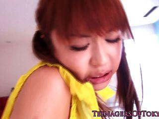 예쁜 일본 사춘기 그녀의 팬티에 빌어 먹을