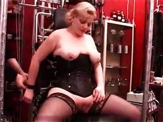 섹시한 피어싱이 성숙한 노예의 가슴을 찔렀다.