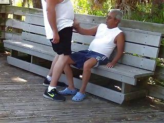 나이 많은 동성애자는 공공 공원에서 성관계를 가졌어.