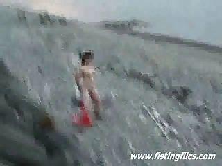 해변에서 미친 항문과 음부 삽입