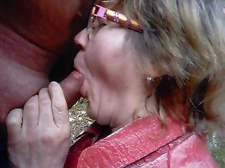 할머니는 숲에서 남편을 빨아 먹는다.