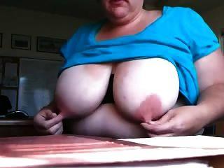 스페인어 bbw는 그녀의 거대한 긴 핑크색 젖꼭지를 집어 넣습니다.