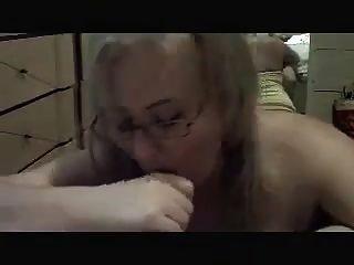 이모가 성기를 빨아 먹는다.
