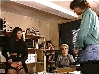 사무실에서 큰 가슴 레즈 피싱과 항문 섹스하려고