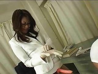 안경의 일본 의사가 스트랩을 사용합니다.