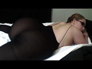 뜨거운 아가씨 안경에 그녀의 위대한 엉덩이 보여줍니다.