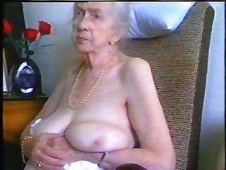 회색 머리와 좋은 가슴을 가진 할머니.