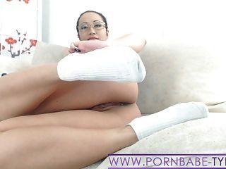 뜨거운 아시아 pornbabetyra 운동화 양말과 발 페티쉬