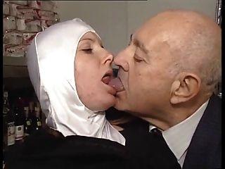 뜨거운 바디 미드 수녀는 음란 한 노인에 의해 익숙해진다!