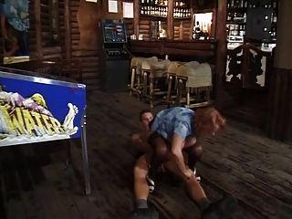 milf barkeeper가 더 젊은 고객에 의해 망하게된다.