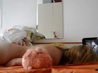 성숙한 아내는 포르노를보고 자위한다.