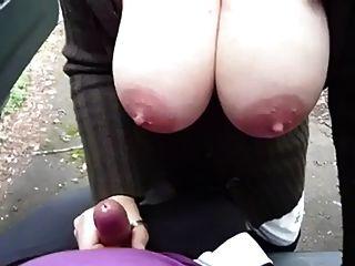 큰 젖꼭지는 야외 주술을 준다.