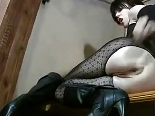 그녀의 성기와 엉덩이를 fisting 란제리의 뜨거운 milf