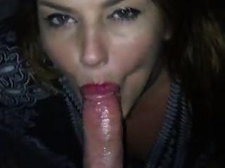 여자 친구가 내게 멋진 입으로 내 혀를 쏜다.