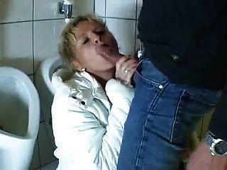 독일 성숙한 빨아와 섹스 화장실에 온다.