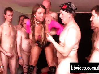 busty 독일 매춘부는 갱내에서 자지를 데려 간다.