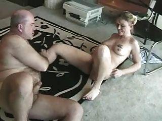 노인은 어린 소녀를한다.