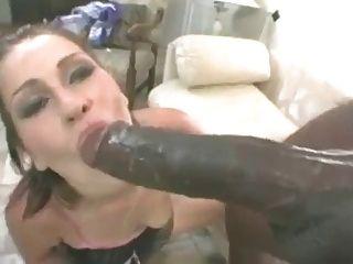 그녀의 입에서 쏘고 그녀의 제비를 봐라.