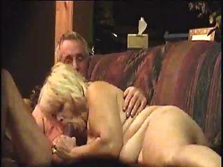 할머니가 할아버지를 빨아 먹는다.