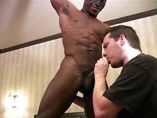 검은 근육 소년을 예배