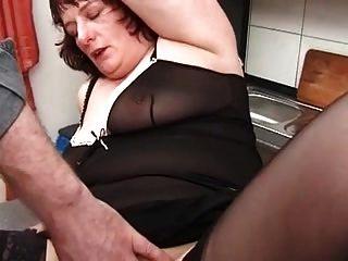 내 섹시한 피어싱이 스타킹을 입에 안고 피어싱 했어.