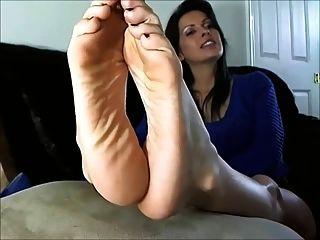 섹시한 성숙한 여인이 발과 발을 보여줍니다.