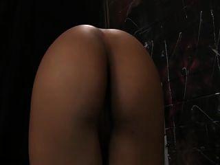 여주인 야스민은 그녀의 엉덩이를 숭배하도록 요구한다.