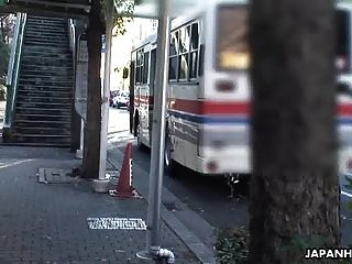 아시아 하이 틴은 공중 납치 버스에서 소멸된다.