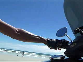 해변에서 허벅지 부츠에 섹시한 가죽 바이커