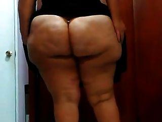그녀의 엉덩이를 보여주는 latina bbw