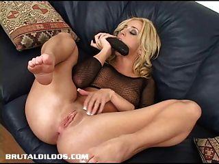 켈리 우물은 잔인한 딜도 라구 딜도로 엉덩이를 뻗는다.